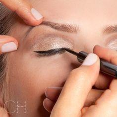 Mais popular que as makeups com os olhos delineados só mesmo as dúvidas de como fazer belos olhos delineados. Tenho algumas poucas e boas dicas pra você acertar de vez o traço!  Link do blog na bio ^-^ #cacahabeyche #cacamakeup #makeup #blogdacaca #dicadacaca #beleza #cateyes