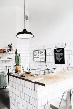 Low Budget Home Decoration Ideas Referral: 3357745328 Coffee Shop Bar, Coffee Shop Design, Cafe Shop, Cafe Bar, Design Shop, Mini Cafe, Cafe Counter, Cafe Concept, White Cafe
