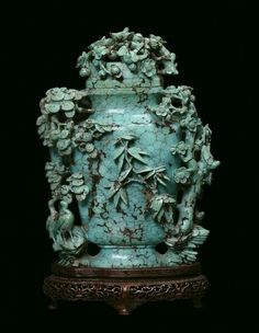 A turquoise capped vase finely sculpted with floral motives - China, Qing dynasty, Qianlong period  (1736-1795)