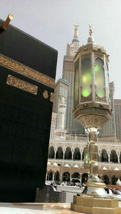 ☪ The Kaaba or Ka'aba is a cuboid building at the center of Islam's most sacred mosque, Al-Masjid al-Haram, in Mecca, Saudi Arabia. Islamic Images, Islamic Pictures, Islamic Art, Abu Dhabi, Masjid Al Haram, Mekkah, Beautiful Mosques, Beautiful Images, Les Religions