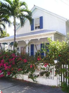 Key West white cottage and garden.I love the proximity of the house to the sidewalk and the beautiful colors used on exteriors. Key West Cottage, Rose Cottage, White Cottage, Conch House, Key West Style, West Home, Beach Cottages, Country Cottages, Beach Cottage Style
