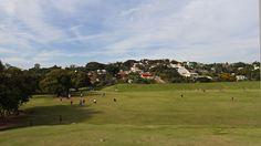 Pessoas jogando futebol americano no Parque Ecológico Promotor Francisco Lins do Rego, ou Parque Ecológico da Pampulha. O parque é administrado pela Fundação Zoobotânica, assim como o Zoológico, Jardim Botânico e Aquário.