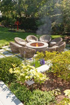 Moderne Gartengestaltung Mit Einer Feuerstelle In Der Mitte Eine Feuerstelle  Kann Aus Beton, Metall Oder
