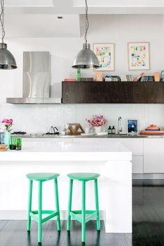 In een neutrale witte keuken vallen gekleurde accessoires meer op.