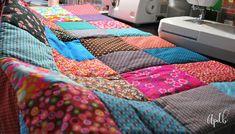 MES couvertures patchwork et le TUTO qui va avec ... - Au pays des bulles Patchwork Blanket, Plaid Patchwork, Coin Couture, Recycling, Bubbles, Patches, Textiles, Quilts, Deco