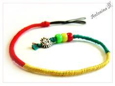 Ein Hair Wrap, auch Indianerzopf genannt als bunter, sommerlicher Haarschmuck in den Rastafarben rot, gelb und grün! **Der Zopf wird mit dem eingeflochtenen Gummiband an einer Haarsträhne befestigt...