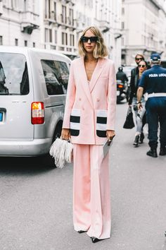 Could totally wear this pink pant suit - Street Style Milan Fashion Week, septiembre de 2016 © Diego Anciano Suit Fashion, Look Fashion, Street Fashion, Fashion Outfits, Fashion Trends, Fashion Sale, Fashion Lookbook, 80s Fashion, Paris Fashion