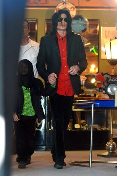 Michael Jackson with his son Blanket (aged in 2008 Michael Jackson Blanket, Michael Jackson Quotes, Photos Of Michael Jackson, Michael Jackson Bad Era, Michael Love, Mike Jackson, Paris Jackson, Jackson Family, Mj Kids