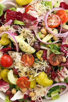 This Italian Chopped Salad is a quintessential chopped salad that's loaded with flavor and a delicious combo of ingredients. It's great to serve with any Italian dish, grilled chicken or salmon, yet filling enough to be a meal on its own. Perfect for warm Italian Chopped Salad, Autumn Chopped Salads, Harvest Kitchen, Clean Eating, Healthy Eating, Healthy Lunches, Healthy Food, Healthy Salad Recipes, Italian Salad Recipes