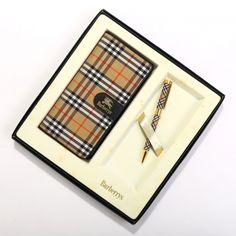 バーバリーズより英国チェック柄の手帳とボールペンのセットをご紹介します。 一目でバーバリーだと分かる上品なチェック柄がオシャレですね。 セットで持てるので統一感があって人前でも堂々と使えますよ。 詳細はこちら>http://bbl-shop.com/?pid=75893968