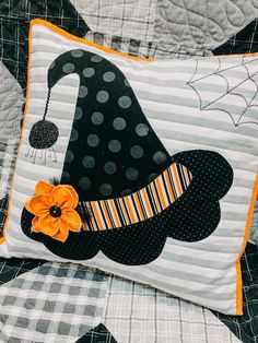 100 Brilliant Projects to Upcycle Leftover Fabric Scraps - Imporing Halloween Sewing Projects, Halloween Crafts, Halloween Decorations, Sewing Crafts, Sewing Tips, Fall Projects, Halloween Pillows, Halloween Quilts, Fall Halloween
