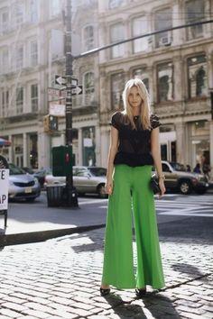 Marlenehose kombinieren: Schlicht aber trendy mit Shirt und Pumps
