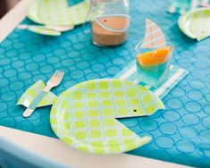 platos de plástico recortados en forma de peces
