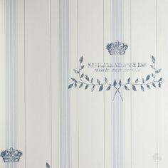 Tapeta w błękitne pasy będzie idealna do eleganckiego stylu Hampton.