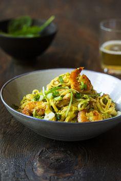 Ces pâtes sont délicieuses réchauffées le lendemain! C'est pourquoi j'ai créé cette recette pour 6 à 8 personnes pour qu'il en reste pour les lunchs.N'hésitez pas à diviser la recette en deux si ça vous convient mieux! Top Recipes, Asian Recipes, Healthy Recipes, Ethnic Recipes, Healthy Food, Chinese Noodle Dishes, Confort Food, Pasta, Fish And Seafood