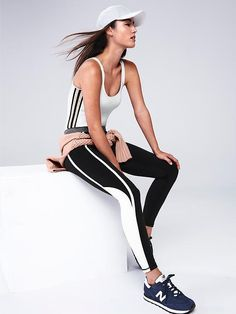 Fitness clothing can be stylish. In case you don't feel motivated enough to go to the gym and get fit, stylish active wear is a much needed boost. Fitness outfits are becoming a new trend and it is difficult to resist it. Outfits Leggins, Sporty Outfits, Fashion Outfits, Sport Style, Sport Fashion, Fitness Fashion, Foto Sport, Fitness Inspiration, Style Inspiration