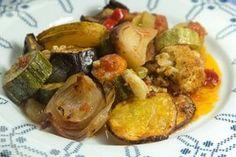 Το τέλειο Μπριάμ είναι αυτό που το κάθε λαχανικό ξεχωρίζει στη γεύση και την υφή ενώ ταυτόχρονα η σύνθεση έχει αντιθετικότητες και εντάσεις Ratatouille, Food Dishes, Main Dishes, Briam, Greek Cooking, Cooking Recipes, Healthy Recipes, Greek Recipes, Us Foods