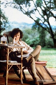 Out of Africa directed Sidney Pollack starring Meryl Streep and Robert Redford, novel by Isak Dinesen (the pseudonym of Danish author Karen Blixen) Robert Redford, Meryl Streep, Mode Safari, Safari Chic, Karen Blixen, I Look To You, Foto Portrait, British Colonial Style, Romantic Movies