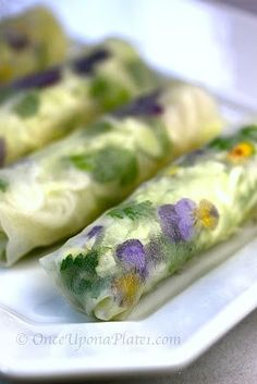 Garden of Eden Spring Rolls with Creamy Peanut-Ginger Dipping Sauce. These rolls are so visually appealing! Edible flowers add an elegant touch to these transparent treats. Catering, Vegan Recipes, Cooking Recipes, Think Food, Flower Food, Spring Rolls, Summer Rolls, Edible Flowers, Snacks