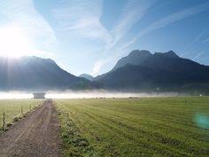 Rund um das ****Hotel Eggensberger findet man kilometerlange Spazierwege. Genauso wie eine milde Herbstsonne die morgendlichen Nebelschwaden, lässt die Ruhe der Allgäuer Landschaft Stress einfach dahinschmelzen.