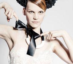 náhrdelník půlkruh - bílý Nosným prvkem kolekce je kruh a jeho proměny. Možnost vyměňovat stuhy. Materiál - porcelán,stuha Modelka: Zuzana Stavná Fotograf: Mojmír Bureš Make-up: Denisa Fuchsová / Make-Up Institute Prague Vlasy: Jan Sippl / Jan Sippl Hair Styling: Martina Malá / Kurator Band, Up, Fashion, Moda, Sash, Fashion Styles, Ribbon, Bands, Fasion