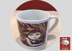 Una hermosa sirena engalana esta taza decorada tamaño espresso.  Deleitate con su mirada profunda y enigmática, escucha el ruido del mar a través de sus cabellos ondulados y déjate seducir por los trazos firmes de la artista.  En Vilchis Tarragó encuentra las tazas decoradas para regalo