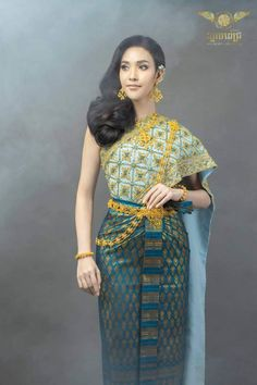 Traditional Wedding Dresses, Traditional Outfits, Thai Fashion, Khmer Wedding, Cambodia, Asian Girl, Sari, Costumes, Nice