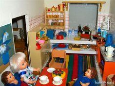 Coffee break in kitchen.  #poppenhuis #dukkehus #dockskap #dockskåp #dollhouse #dolls #miniature #dollhousefun #dollhousefurniture #dollhousekitchen #nostalgicplay #childrensfun #miniaturekitchen #miniaturekitchens #nostalgictoys