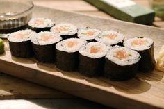 Jeroen heeft een enorme bewondering voor de Japanse keuken. Hij toont je hoe je heel eenvoudige sushi maki maakt met zalm en komkommer. De basis is speciale sushirijst die heel veel zetmeel bevat en moet gespoeld worden tot het water helder is. Anders loop je het risico dat hij na het koken slijmerig is. De gekookte en afgekoelde rijst wordt gemengd met speciale sushiazijn waardoor hij mooi gaat glanzen en de typische smaak krijgt.