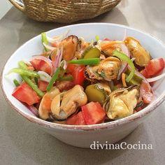 Esta receta de ensalada de mejillones se puede servir sola o como un ingrediente más de ensaladas de hojas verdes de lechuga.