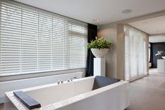 Houten jaloezieën in badkamerkwaliteit, gemaakt van PVC, ideale vorm van raamdecoratie in de badkamer