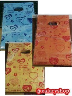 Kantong plastik motif Love You tersedia dalam 3 pilihan warna.