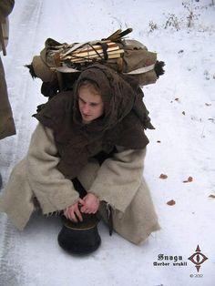 Een rugzak zoals de reizende Orde der Vesters veel heeft. De Vester in kwestie heeft zijn kleding aangepast aan het sneeuwlandschap.