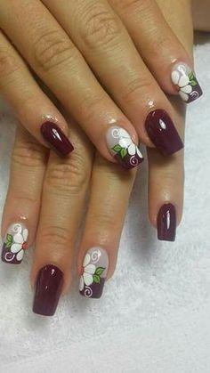 As flores desde muito tempo fazem parte da decoração das unhas. São símbolos da graça e delicadeza feminina. Flores simbolizam beleza, pureza, amor, criatividade e harmonia, e muitas outras belas palavras que podemos relacionar com as mulheres. Hoje veremos lindas fotos de unhas decoradas com flores! Como as unhas decoradas com joias de unhas, as… Flower Nail Designs, Flower Nail Art, Nail Art Designs, Fancy Nails, Trendy Nails, Fingernail Designs, Elegant Nails, Purple Nails, Fabulous Nails