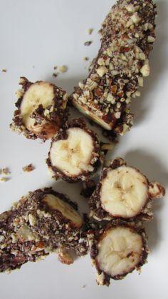 Plátano bañado en chocolate y rebozado con frutos secos.
