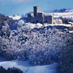 Il Castello di Montecuccoli imbiancato, veduta da Montecenere Modena - Instagram by chrdone