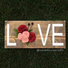 LOVE Wood Sign With Handmade Felt Flowers by SweetLouiseCrafts on Etsy - Moja strona Cute Crafts, Felt Crafts, Crafts To Make, Wood Crafts, Paper Crafts, Diy Crafts, Diy Wood, Valentines Day Decorations, Valentine Day Crafts