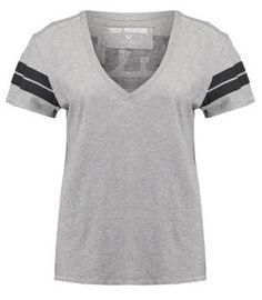 True Religion Camiseta Print Grey Recuperan El Protagonismo En El Armario Femenino Las camisetas de manga corta para mujer no requieren de una exhaustiva presentación; simplemente, no la necesitan.