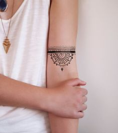 Henna tattoos are a beautiful and traditional way of doing temporary body art. Check out these 25 beautiful Henna tattoo designs to get you inspired! Mandala Bras, Half Mandala Tattoo, Dotwork Tattoo Mandala, Sternum Tattoo, Mandala Tattoo Design, Bicep Tattoo, Lotus Mandala, Lotus Flower, 27 Tattoo