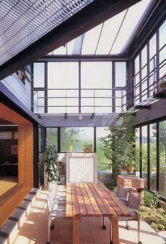 雨が降っても家の中でバーベキュー アウトドアライフを楽しむ明るい土間の家 狭い庭を広く使う・・・インナーテラスの楽しい暮らし 絶対楽しいインナーテラス・・・・アウトドアライフの家 家の中のアウトドアスペースは、空気を囲うだけのローコストエンジョイスペース。安く作って広く使える楽しいリビングルームです。ソファーに腰を下ろしてくつろぐだけのリビングでなく、リビングスペースの中で日曜大工から子供の水遊び。 人が集まればバーベキューパーティー。洗濯物がたまっても、にわか雨の心配のない物干し場にもなる。この便利な土間テラスは、くつろぐだけのリビングから、生活を楽しむためのリビングスペースへの提案です。多様な生活パターンが家族みんなの生活感を演出します。