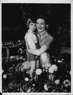 Lauren Bacall and daughter Leslie First Academy Awards, Bogie And Bacall, Love Lauren, Humphrey Bogart, Lauren Bacall, How To Run Faster, Old Movies, Vintage Pictures, Hollywood Stars
