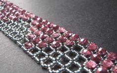MATERIALE: rocailles sopra la griglia potete usare qualsiasi materiale: chatons,biconi, sfaccettate, perle...