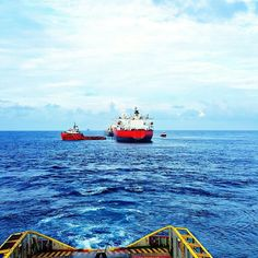 Positioning tanker vessel for loading...our main job is to static tow.1st time in offshore life doing this job alhamdulillah everything going smooth and our next job will be on 29th. . . #campakbalik #statictow #seekoffshore  #offshorelife #offshore #meninuniform #seamanlife #lifeonboard #lifeatsea #pelauttempatan  #hargaminyakturunlagi by khairulyo