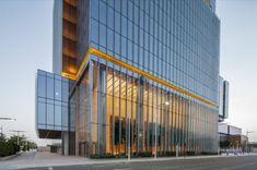 Torre Al Hilal Bank (Abu Dabi). Goettsch Partners diseñó el proyecto para el bloque de oficinas del Al Hilal Bank, en la capital de los Emiratos Árabes Unidos. El edificio se sitúa en la isla Al Maryah de Abu Dabi, tiene una altura de 24 pisos, y vestíbulo en la base de 3 plantas de altura. La torre tiene una fachada de muro cortina, y un diseño muy simple, pero elegante. Tiene calificación sostenible, y recibió varios premios.  #Arquitectura