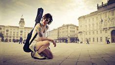 Ragazze alla moda con sfondi di chitarra