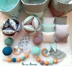 Balle de préhension d'inspiration Montessori, hochet, coussins tactiles, an. - Moto Tutorial and Ideas Baby Sewing Projects, Sewing Crafts, Handmade Baby, Handmade Toys, Diy Bebe, Baby Couture, Montessori Baby, Creation Couture, Baby Decor