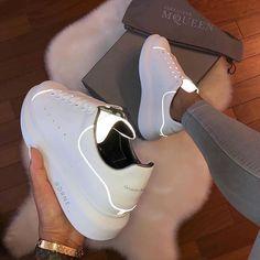Imagen de zapatos, Alexander McQueen y zapatillas de deporte - Turnschuhe - Cute Shoes, Me Too Shoes, Skinny Jeans Damen, Sneakers Fashion, Fashion Shoes, Women's Fashion, Luxury Fashion, Chanel Fashion, Nike Fashion