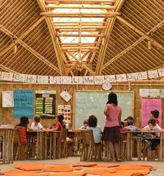 """A Green School em Bali, na Indonésia, oferece uma """"educação natural, holística e centrada no aluno"""". Isso significa que as crianças têm disciplinas como inglês, matemática e ciências, mas também artes e meio ambiente no espaço integrado com a natureza. Para a escola, o importante é desenvolver nos alunos hábitos social e ambientalmente responsáveis"""