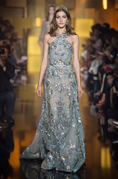 Saab Showed Pretty Gowns for Moody Princesses at Couture A look from the Elie Saab Couture fall 2015 collection.A look from the Elie Saab Couture fall 2015 collection. Style Couture, Couture Fashion, Runway Fashion, Elie Saab Couture, Couture 2015, Couture Week, Look Fashion, Fashion Show, Fashion Design