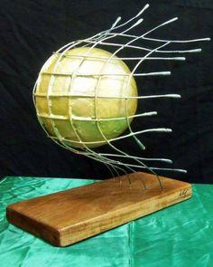 """""""Bola na Rede"""" Escultura de fibra de vidro, resina poliéster, arame galvanizado e base de madeira"""